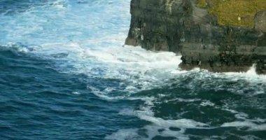 Moher county clare, İrlanda içinde olan kayalıklarla — Stok video