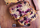 Berry, mint and spelt flour teacake, — Stock Photo
