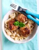 意大利面食壳和肉丸 — 图库照片