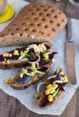Vegetarian sandwich with vegetables on a wooden background  — Foto Stock