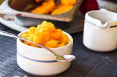 Pumpkin puree in a ceramic bowl with spoon, healthy dessert — Stock Photo