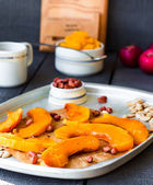 Slices of baked pumpkin with honey, cinnamon and nuts — Stock Photo