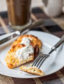 Cheese pancakes with sour cream and coffee, breakfast — Stockfoto