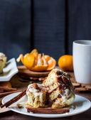 Incision buns Cinnabon cinnamon, nuts and cream sauce  — Stock Photo