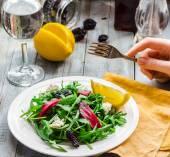 Lehký salát z rukoly s řepa, kozí sýry a sušené švestky — Stock fotografie