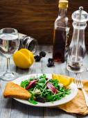 Green salad with arugula, beets, goat cheese and prunes, ruddy t — Stock Photo