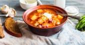 Red borsch with beans, sour cream, wild garlic, rye bread, rusti — Stock Photo