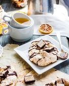 French vanilla meringue with chocolate and caramel, orange tea — Stock Photo