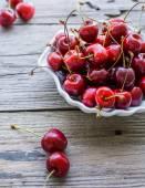 Świeży wiśniowy w płytkę, zdrowe przekąski, lato, selektywne foc — Zdjęcie stockowe