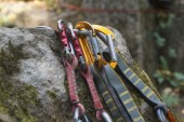 Climbing. A bunch of carabiners on the rocks. Granite rocks — Stock Photo