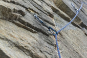 Climbing. A safety bolt threaded a rope with a carbine. Granite — Stock Photo