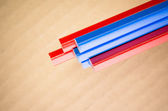 Rood blauw gekleurde kleurpotloden — Stockfoto