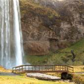 Wood bridge in seljalandsfoss waterfall — Foto de Stock