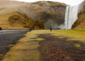 People at skogafoss cascade — Stock Photo