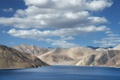 Deep blue mountain lake and desert hills — Stock Photo