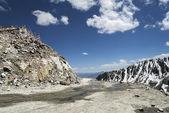 Khardung La pass road the highest motorable mountain pass ever — Stock Photo