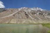 Lago de alta montaña con ondulado superficie — Foto de Stock