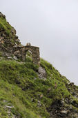 Mountain goats near hiking route through arch — Zdjęcie stockowe