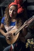 Chica joven con una guitarra. — Foto de Stock