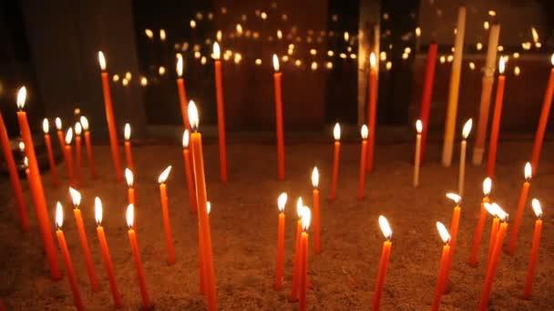 Bougies à l'église — Vidéo