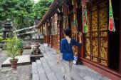 Dziewczyna w buddyjski pagoda — Zdjęcie stockowe