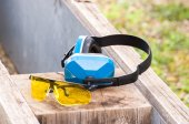 Protective goggles and earmuffs — Stock Photo