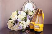 Wedding shoes and bouquet — Stock Photo
