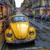 Yellow Volkswagen Beetle in Paris — Stock Photo