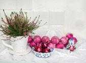 Fiore e cipolle su una priorità bassa di una parete — Foto Stock