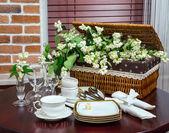 Geschirr und Jasmin Blüten im Inneren — Stockfoto