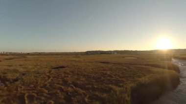 Nehir üzerinde düşük uçan hava — Stok video