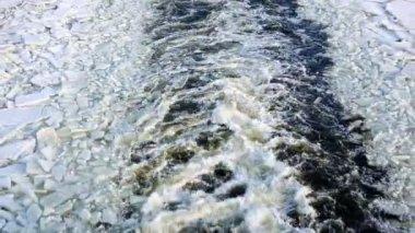 Gemi başlıkta donmuş bir Baltık Denizi — Stok video