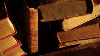 Gamla böcker. — Stockvideo