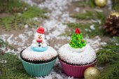 Festive cupcake with  Christmas tree and snowman — Stock Photo