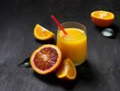 Frisch gepresster Orangensaft und geschnittenen orange — Stockfoto