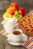strawberry cake with tea, milk and fruit for breakfast — Stockfoto