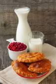 Süt ve kek cranberries ile Kahvaltı — Stok fotoğraf