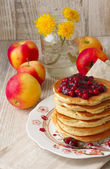 Pancake stack with lingonberry jam and fresh apples — Stock Photo