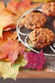 Haferkekse auf dem Grill auf einem Tisch voller Herbst lea — Stockfoto