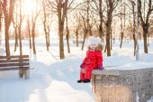 Portrait of a little girl in winter having fun with snow — Stock fotografie