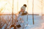 привлекательная молодая женщина зимой открытый — Стоковое фото