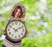 Ung kvinna anläggning stor klocka — Stockfoto