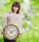 Relógio grande de exploração de mulher jovem — Foto Stock