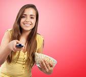 Jong meisje eten pop corn — Stockfoto