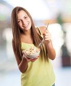 Söt flicka äter spannmål — Stockfoto
