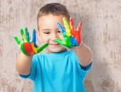 Słodkie dziecko grając z farbą — Zdjęcie stockowe