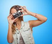 Симпатичная молодая женщина, делающая фотографию — Стоковое фото