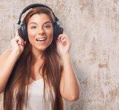 Mujer joven en los auriculares — Foto de Stock