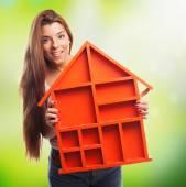 Donna che tiene una casa di design — Foto Stock