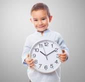 Menino, segurando um relógio — Fotografia Stock